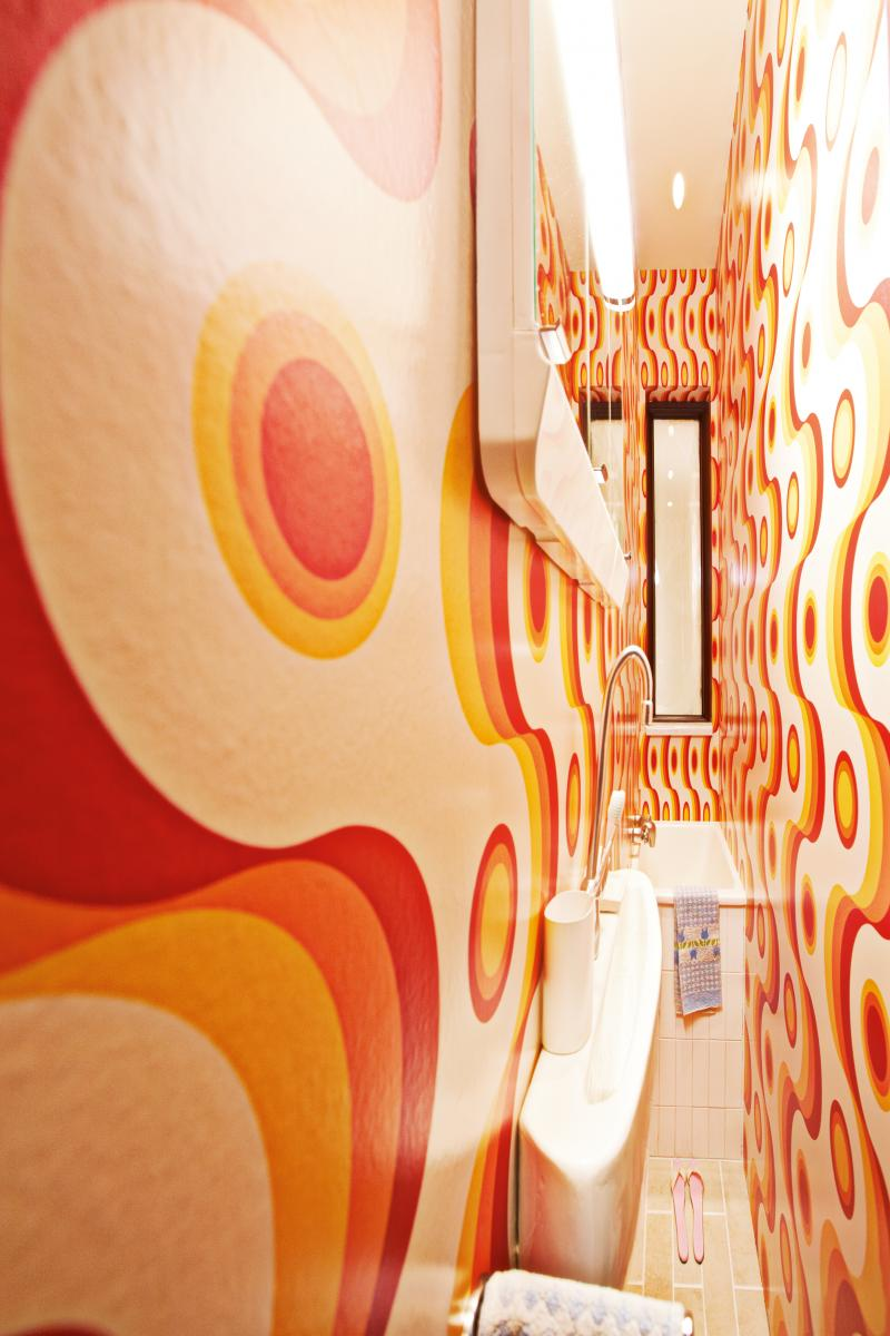 L'intérieur de l'œuvre Narrow House(2010, Techniques mixtes, 700 x 130 x 1600 cm). Courtesy of West Collection / Photo : Mischa Nawrata / © ADAGP, Paris, 2019