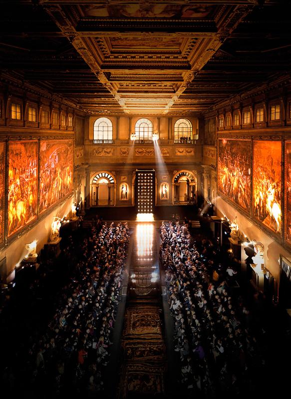 La salle des Cinq Cents du Palazzo Vecchio, au sein de laquelle a eu lieu le défilé Ermanno Scervino printemps-été 2013-2014.