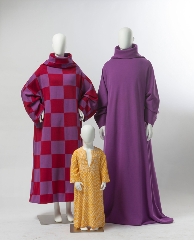 """À gauche : Rudi Gernreich for Harmon Knitwear. """"Caftan"""", maille tricotée(1970). Au centre : Rudi Gernreich. """"Caftan"""", coton imprimé armure toile (c. 1973). À droite :Rudi Gernreichfor Harmon Knitwear. """"Caftan"""", maille tricotée (1970). Collection dePeggy Moffitt. Photo par Robert Wedemeyer."""