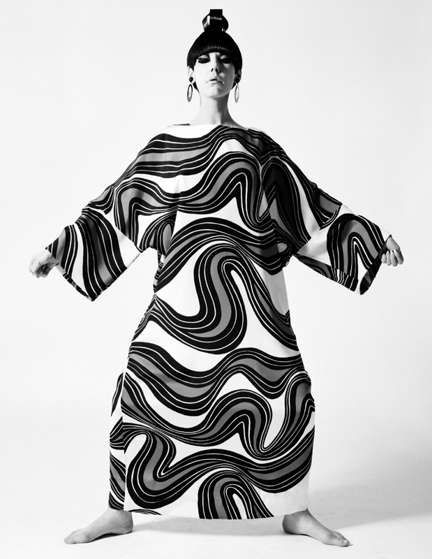"""""""Peggy Moffitt modeling caftan designed by Rudi Gernreich"""" (collection automne-hiver 1967). Photograph © William Claxton, LLC, courtesy of Demont Photo Management & Fahey/Klein Gallery Los Angeles, with permission of the Rudi Gernreich trademark."""