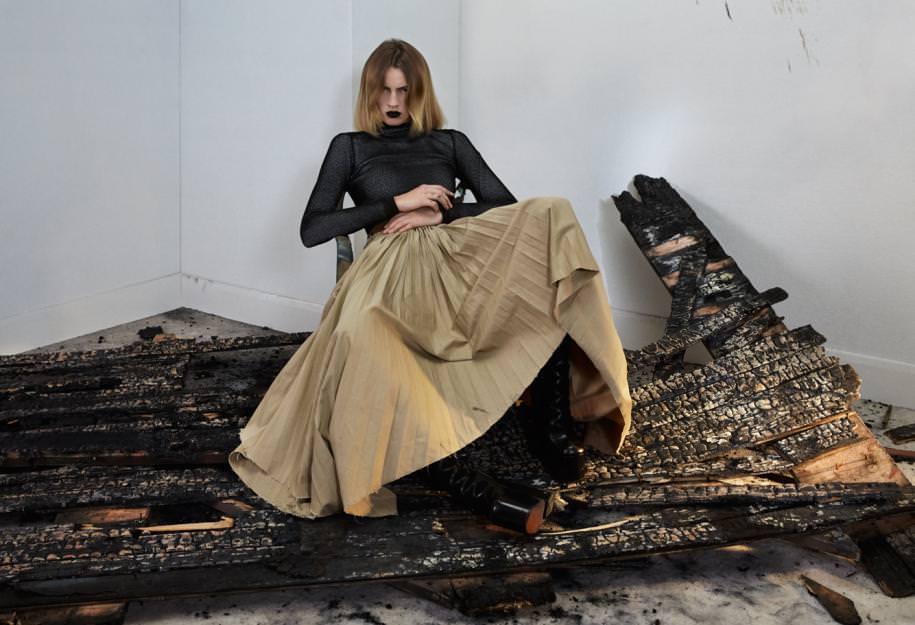 Haut à col roulé en coton etjupe plissée en coton et cuir nappa, LOEWE. Bottes, MARC JACOBS.À droite : pantalon en mailleLurex, LANVIN. Bottes, LACOSTE.   Réalisation : Samuel FrançoisassistédeSophieHoudréet deDéborah Zetlaoui. Mannequin :Ilvie Wittek chez Viva ModelManagement. Coiffure : RachaelSalley. Maquillage : LucyBridge chez                     Streeters. Décor :Miguel Bento chez Streeters.Production : Quadriga.