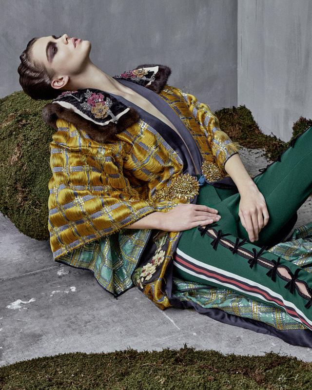 Kimono en patchwork de soie à détails de fourrure et pantalon en jersey de soie, GUCCI.