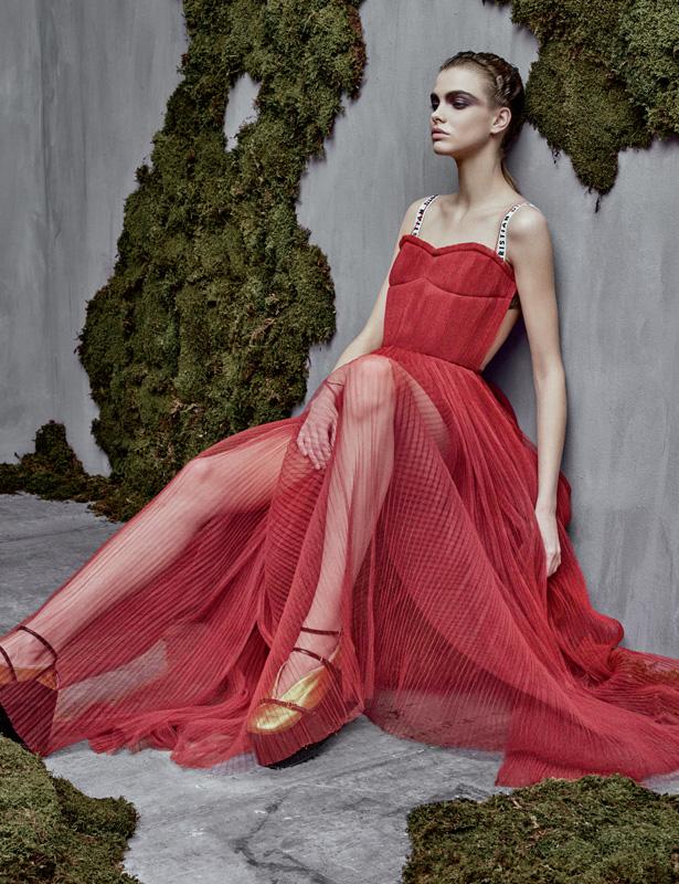 Robe longue à dos nu en tulle plissé, DIOR. Sandales, GUCCI. À droite : superposition de robes en soie imprimée et denim, bas et sandales, MARC JACOBS.