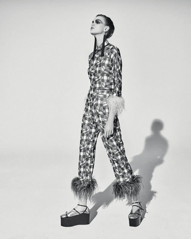 Blouse et pantalon en soie imprimée bordée de plumes de marabout, PRADA.
