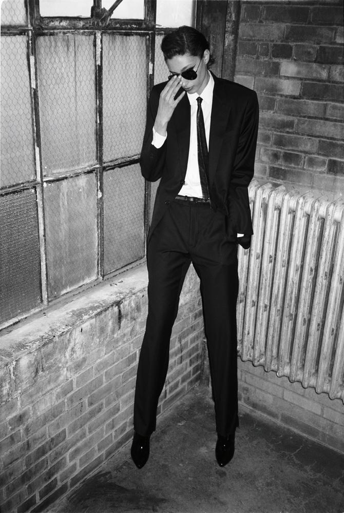 Veste, chemise et pantalon en coton, cravate, ceinture et chaussures, GIORGIO ARMANI. Lunettes de soleil, RAY-BAN.