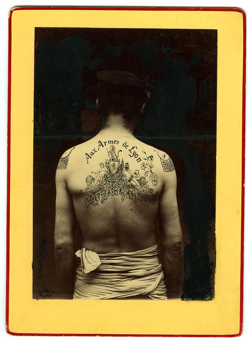 """Charles Perrier,Tatouage dos """"Aux Armes de Lyon"""" (1898-1899). Avec l'aimable autorisation du musée du Vieux Nîmes"""