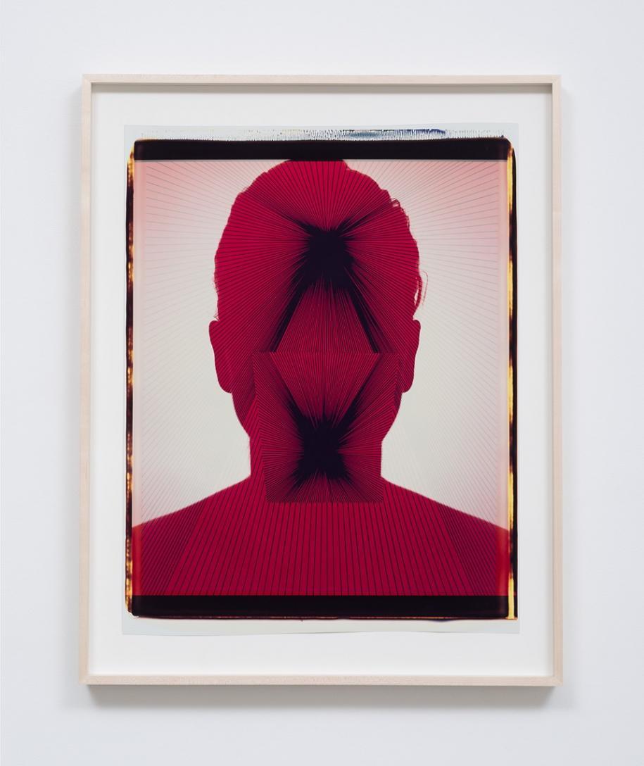 """Ellen Carey Self-Portrait, 1986 signed, dated and titled verso unique Polaroid 20 x 24 33 x 26 inches (84 x 66 cm) $14,000.00   2. Les visages psychédéliques d'Ellen Carey (M+B Gallery)  Sur le stand de l'excellente galerie M+B de Los Angeles, outre le travail de Matthew Brandt (déjà repéré l'année dernière), deux artistes retiennent l'attention pour leurs expérimentations passionnantes. Dans ses photographies des années 80, Ellen Carey tire son propre portrait utilisant une pellicule Polaroid comme une toile grand format. Multipliant les expositions de la pellicule, et utilisant différents «masques» réassemblés manuellement, ses expérimentations pop et psychédélique préfigurent l'ère Photoshop et l'imagerie digitale avant même son invention. """"Si l'Américaine a partagé les bancs de l'école avec Cindy Sherman et Robert Longo, explique la galerie, elle a préféré très tôt s'intéresser aux limites de son medium, à l'abstraction et au rôle de la couleur, plutôt qu'à l'approche plus figurative et narrative de ses pairs.""""  Prix : 14 000 dollars l'auto-portrait d'Ellen Carey"""