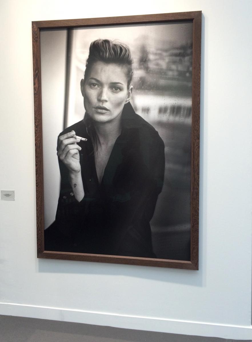 5. Le corps sublimé de Kate Moss par Peter Lindbergh (Gagosian Gallery)  Plus de 20 ans après avoir photographié Kate Moss en salopette (image devenue culte de la célèbre mannequin en 1994), Peter Lindbergh offre un nouveau portrait saisissant. Ce que la«Brindille» a perdu en innocence, elle l'aura gagné en intensité.  Retrouvez notre focus sur l'exposition évènement de Peter Lindbergh à Rotterdam.  Prix : 55 000 euros (édition de 3 à ce format)