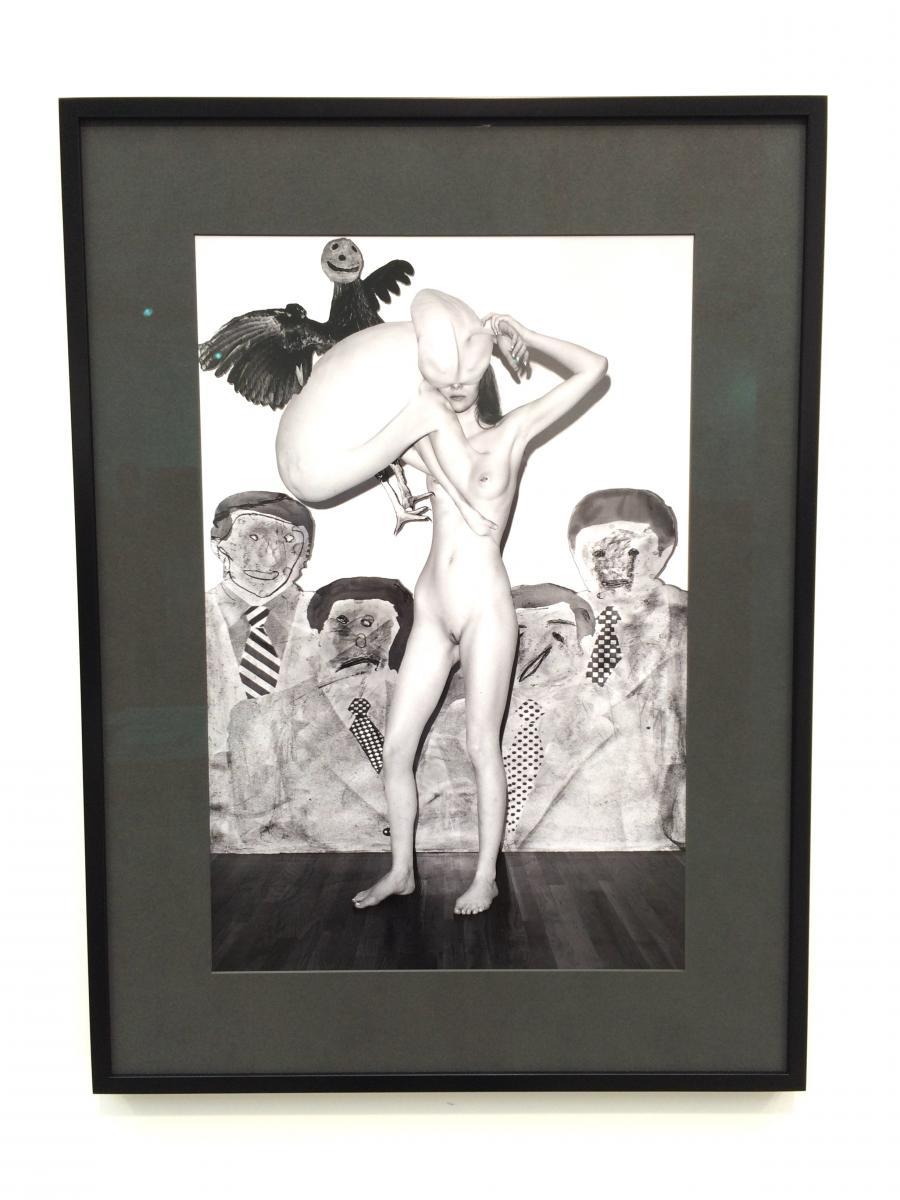 """Voyeurs (2016), 60 x 40 cm. Edition de 6 + 2AP.   7. Les corps hybrides de Roger Ballen et Asger Carlsen (galerie Dittrich & Schlechtriem)  C'est l'une des collaborations les plus réjouissantes de Paris Photo. Le jeune photographe danois Asger Carlsen, installé à New York et passé maître dans la retouche numérique, et l'artiste new-yorkais Roger Ballen, installé en Afrique du Sud et dont on connait le travail sur la période post-apartheid, ont échangé pendant 5 ans pour réaliser à quatre mains ces mises en scène surréalistes, grotesques et à l'humour très noir de corps hybrides. """"Le travail de cette série No Joke s'est fait de manière très intuitive, explique la galerie, par conversation Skype et emails. Chacun reprenait le travail de l'autre, dessinant dessus ou réalisant des collages, au risque d'amener l'œuvre vers quelque chose de totalement différent. Cette série n'aurait pas été possible à une époque où Internet ne permettait pas l'échange d'images de très haute qualité.Cela rend cette collaboration entre deux générations de photographe particulièrement actuelle.""""  Prix : édition de 6. Editions de 1 à 4 : 6 000 euros. Editions de 5 à 6 : 8 000 euros."""