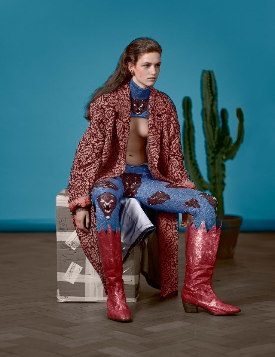 Manteau en laine et combinaison en Lurex imprimé, GUCCI. Bottes, VIVIENNE WESTWOOD. Boucle d'oreille, GOOSSENS PARIS.