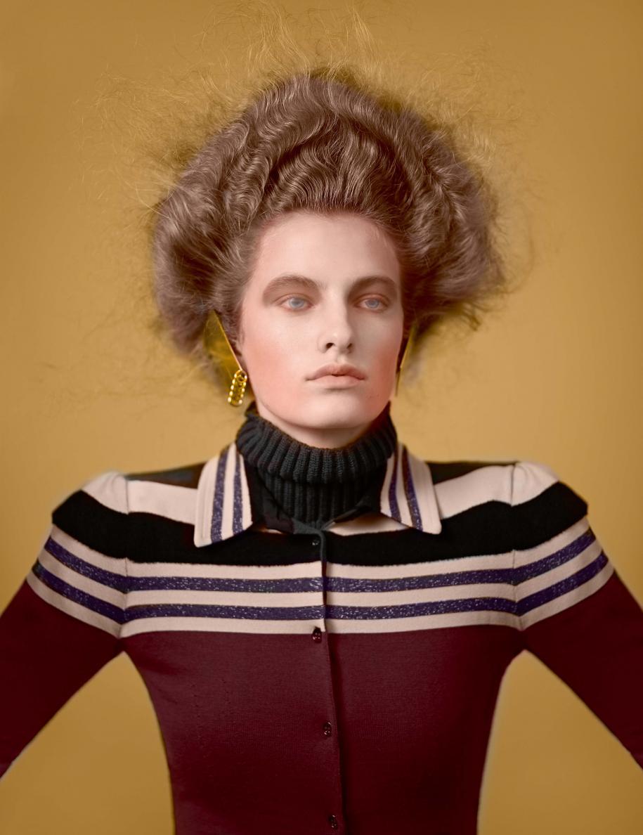 Gilet et pull en laine, BOTTEGA VENETA. Boucles d'oreilles, MAISON MARGIELA.