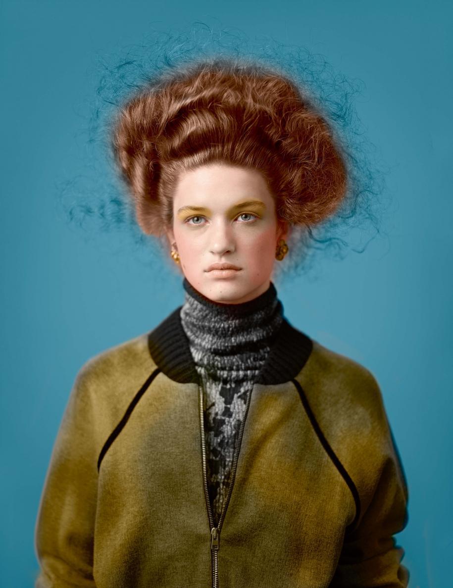 Bomber en coton et robe à col roulé en cachemire et soie, AVANT TOI. Boucles d'oreilles, GOOSSENS PARIS.