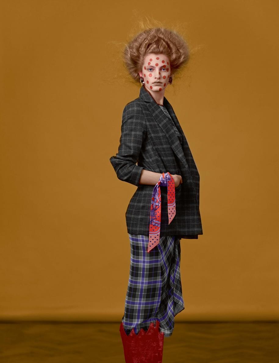 Veste et robe à carreaux, MAJE. Foulard, HERMÈS. Boucles d'oreilles et bottes, VIVIENNE WESTWOOD.