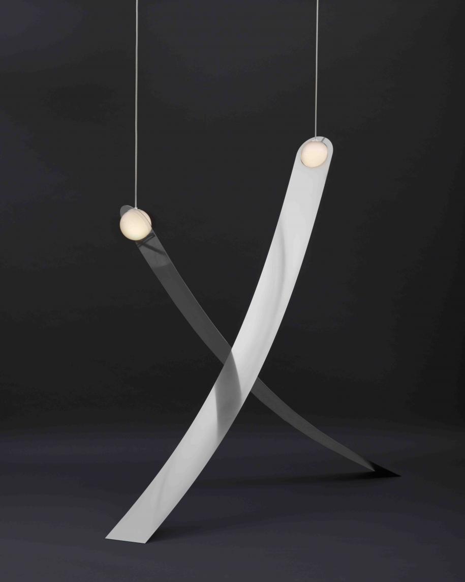Suspension LRT11 (2017) de l'atelier Lambert et Fils, verre (opaline) soufflé à la main, aluminium et LED (4,5 W), dimensions A : 164 x 134 x 19,8 cm, dimensions B : 176 x 166 x 19,8 cm.