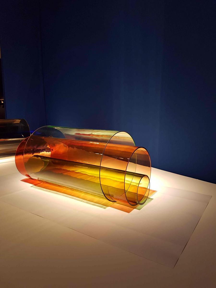 Sleeves (2016) de Laura de Santillana, verre, L 116,ø 35 cm.
