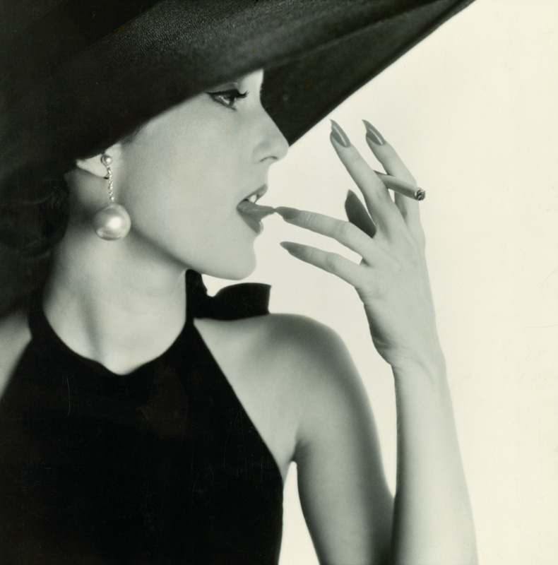 Girl with Tobacco on Tongue (Mary Jane Russell), New York, 1951. Épreuve gélatino-argentique, 37,5 × 36,5 cm.