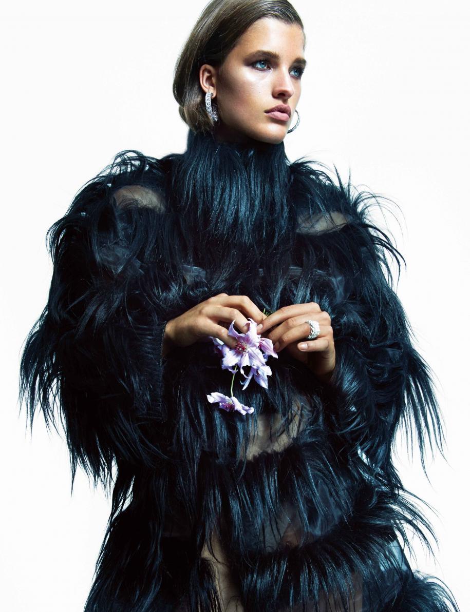 """Manteau en chèvre, GIORGIO ARMANI. Boucles d'oreilles """"My Dior"""" en or blanc et diamants, et bague Archi Dior """"Bar en Corolle"""" en or blanc et diamants, DIOR JOAILLERIE."""