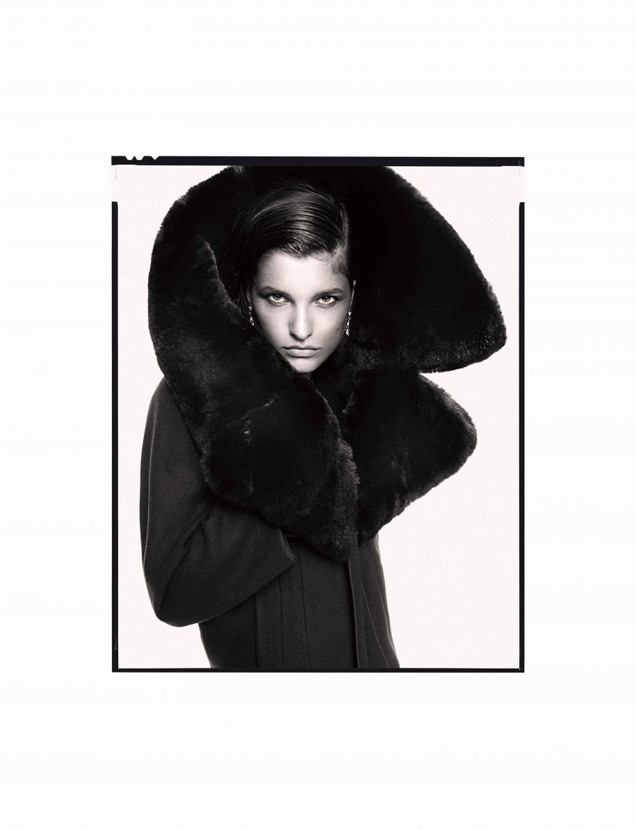 """Manteau en cachemire et laine à col de fourrure, SALVATORE FERRAGAMO. Boucles d'oreilles """"Divas' Dream"""" en or blanc et diamants, BULGARI."""
