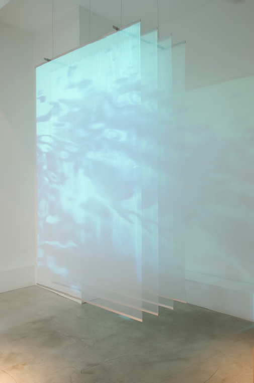 Reflexion (2016) de Grethe Sørensen & Bo Hovgaard. Installation vidéeo et médias mixtes, polyester, métal et vidéo projecteur, 152 x 244 x 60 cm, édition limitée de 5 + 1 prototype.