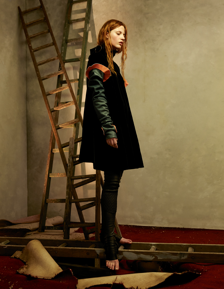 Manteau en velours de soie, giorgio armani. Guêtres en cuir (portées en manches et sur les jambes), FENDI.