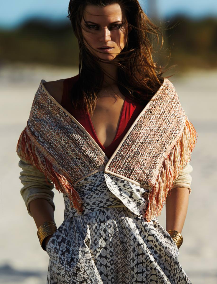 Veste tissée et jupe en ayers, SALVATORE FERRAGAMO. Maillot ajouré en Lycra, LA PERLA. Manchettes, SYLVIA TOLEDANO.