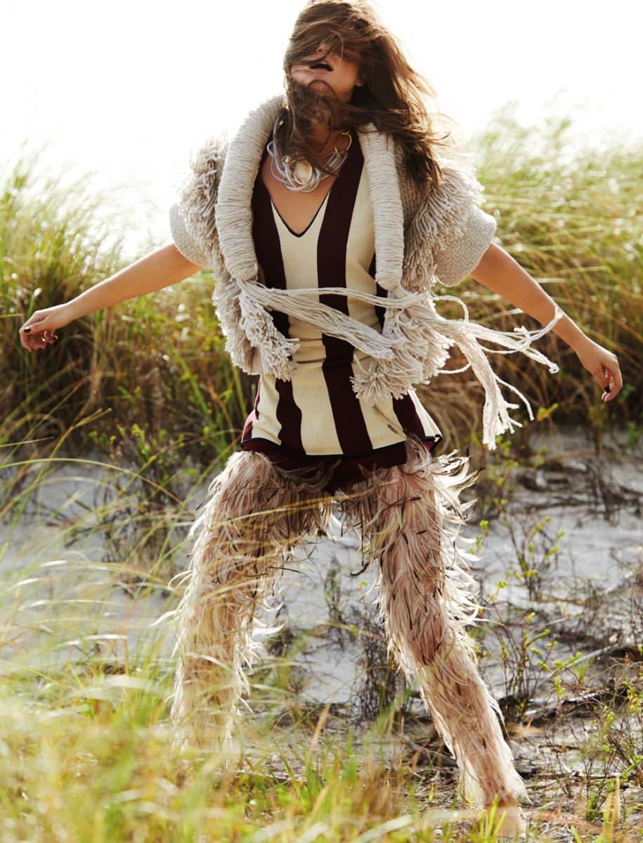Veste sans manches en laineet cachemire à franges, ALLUDE. Robe rayée en coton etshort en veau velours, FORTE FORTE. Pantalon en plumes, SERKAN CURA COUTURE. Collier, GIORGIO ARMANI.