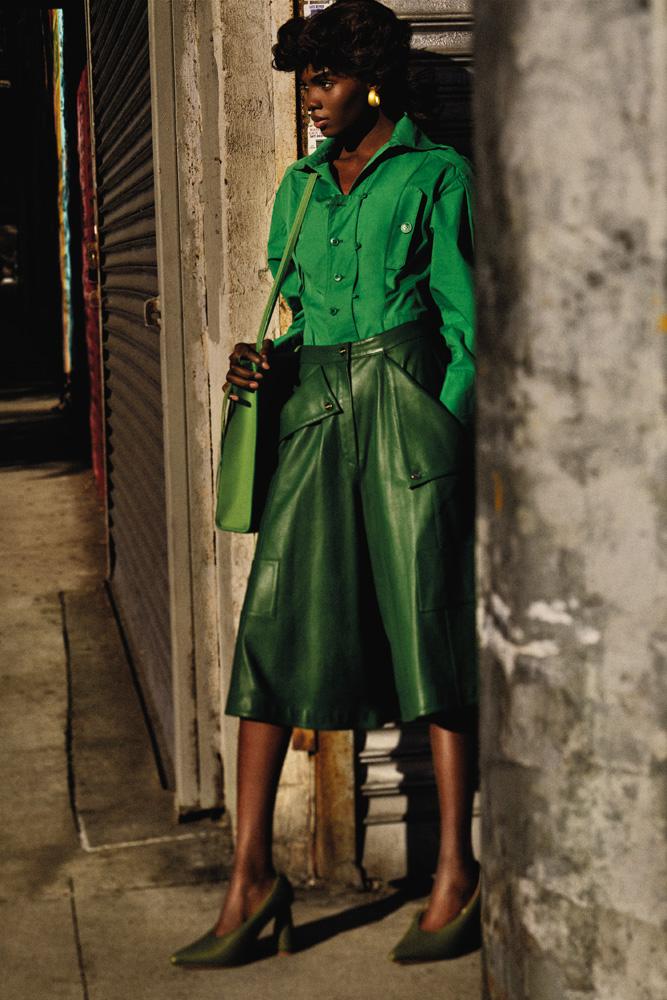 Chemise en coton, jupe en cuir, sac et chaussures, JACQUEMUS. Boucles d'oreilles vintage.