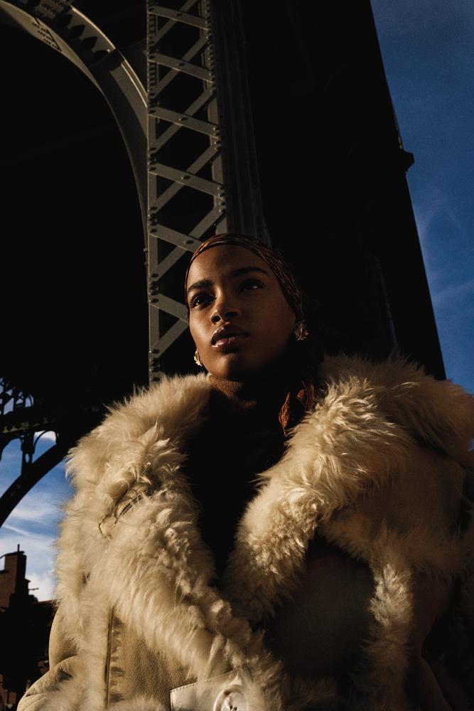 Elle : manteau en shearling et pull en laine, ACNE STUDIOS.