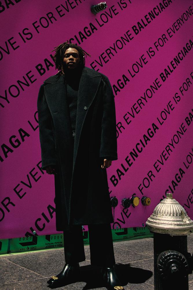 Manteau et pull en laine, pantalon en denim et boots, BALENCIAGA.