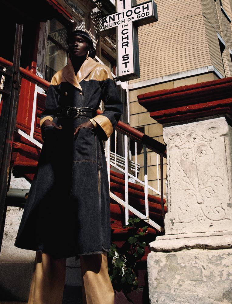 Manteau en cuir et denim, pantalon en cuir, col roulé en laine et ceinture, CHANEL. Montre et boucles d'oreilles vintage.