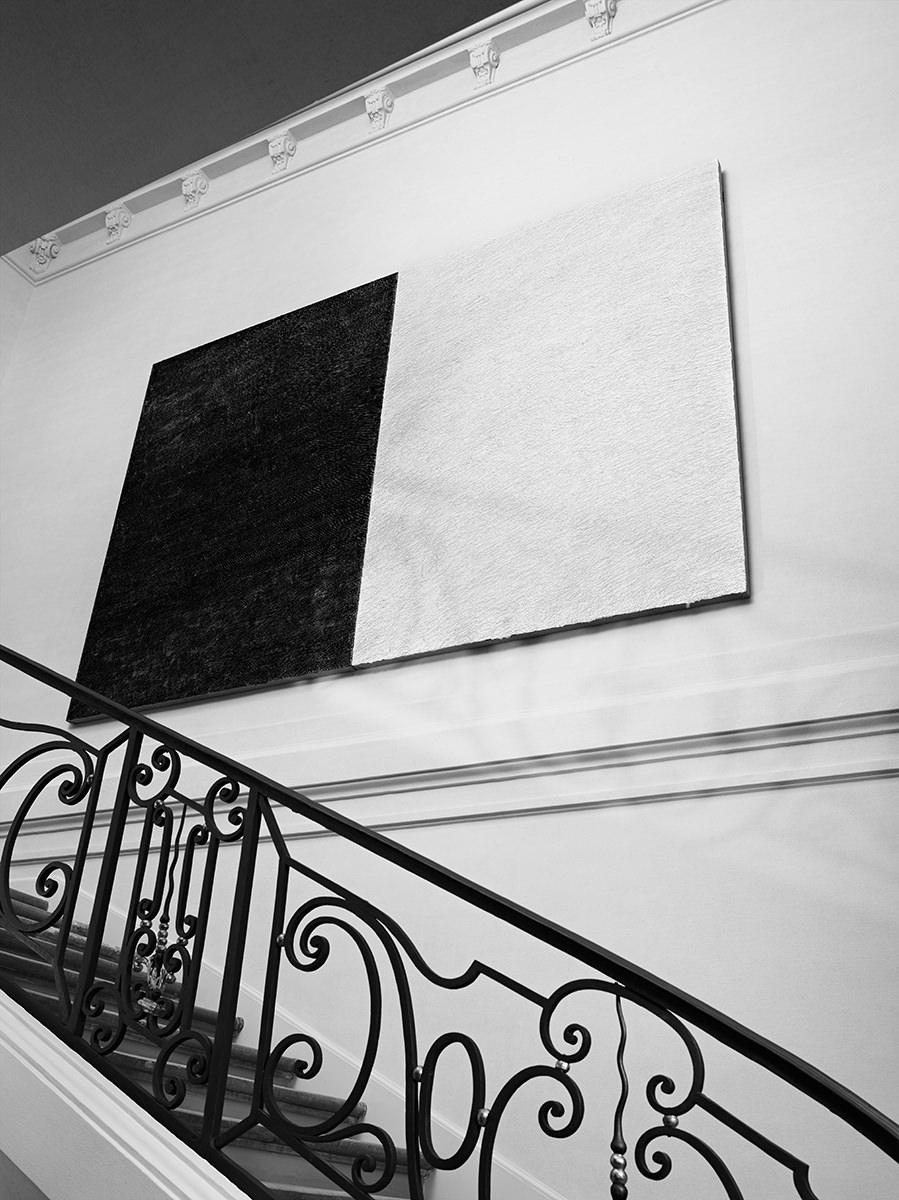 """Hedi Slimane dévoile """"La Collection de Paris"""", la première présentation Saint Laurent accueillie Hôtel Sénecterre"""