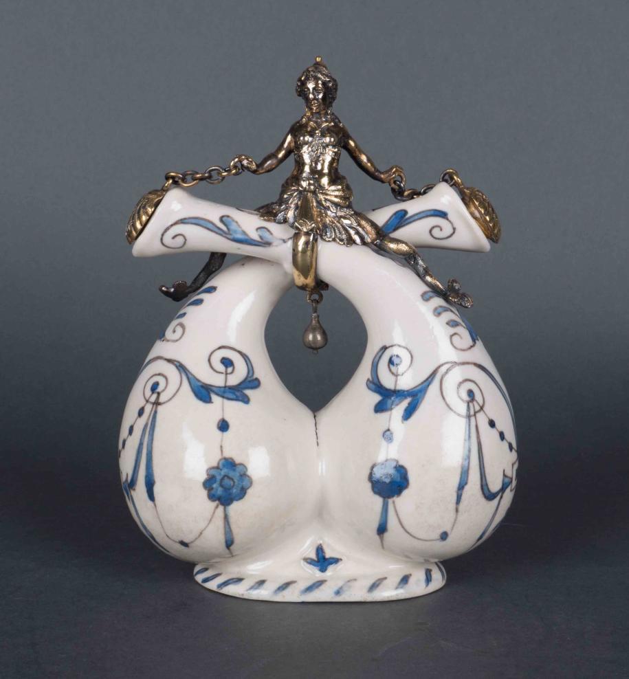 Huilier-vinaigrier en porcelaine à fritte des Médicis à monture en argent doré et métal doré, fin XVIe siècle.