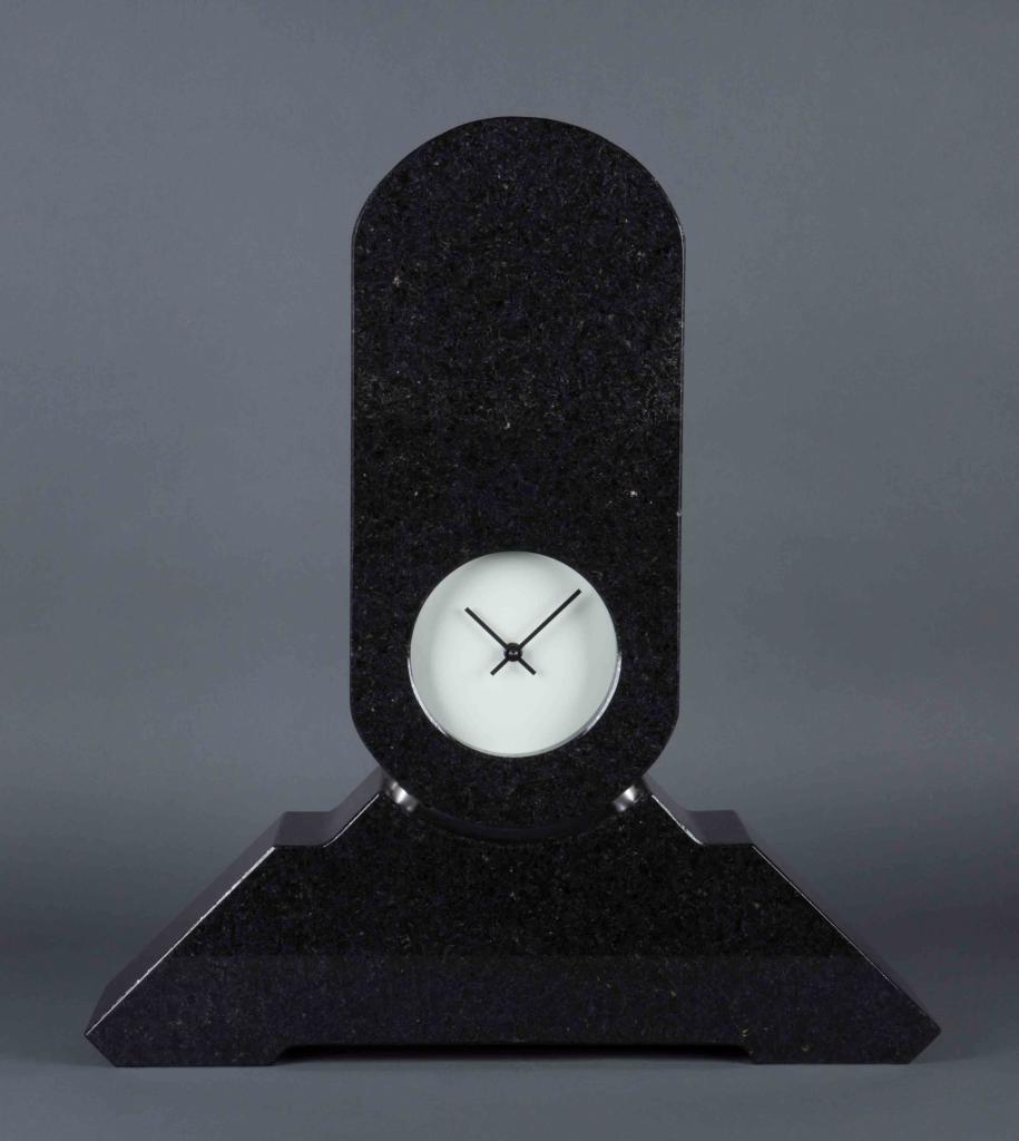Pendule en granite noir de Richard Artschwager, datée 1989.