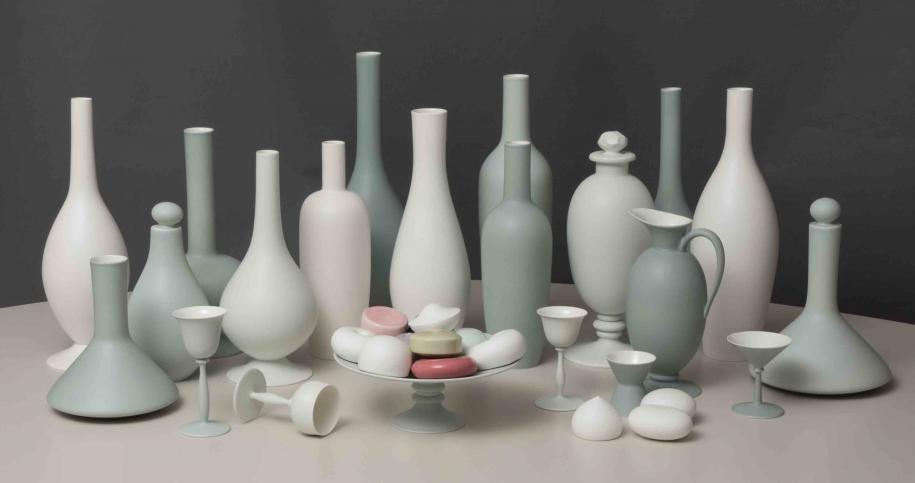 Nature morte composée (2012), de Kristin McKirdy, pour la manufacture de Sèvres (pièce unique), posée sur un bureau Concrete (2007) de martin Szekely (édité par la galerie Kreo).