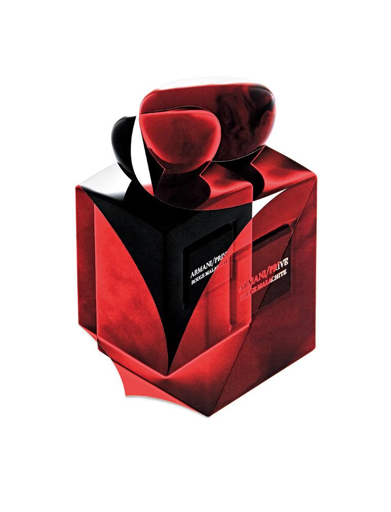 """Conjuguant le froid et le chaud, ce parfum suave, crémeux et presque pimenté rend hommage à la tubéreuse. Pour être encore plus intense et pluscapiteuse que nature, la plante aux accents entêtants apparaît ici aux côtés de l'ylang-ylang, du jasmin sambac ou du néroli. Ambre et résinoïde benjoins'en mêlent pour accroître la dimension charnelle du sillage.  """"La Collection des Terres Précieuses, Rouge Malachite"""", eau de parfum, ARMANI/PRIVÉ."""