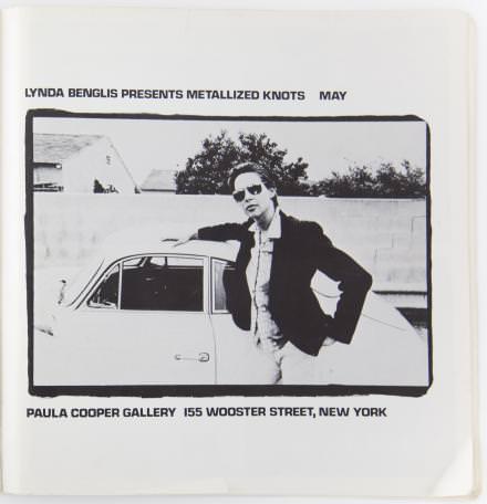 """Lynda Benglis,""""Lynda Benglis Presents Metallized Knots"""",1974,Encart publicitaire[photo par Marsha Resnik],Artforum 12, no.8 (avril / April 1974), p.85, imprimé en offset,27 x 26.5 cm."""