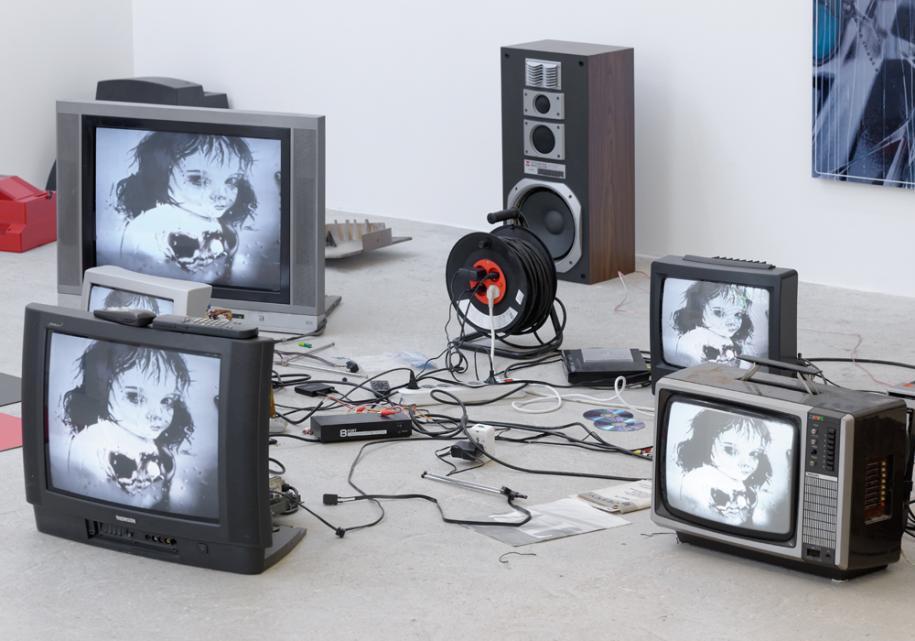 Jason Matthew Lee,Trialx1, 2016, old televisions, video, wrappings, dibon, amp, speakers, cables, variable dimensions. Courtesy the artist and Crèvecoeur, Paris. © Aurélien Mole