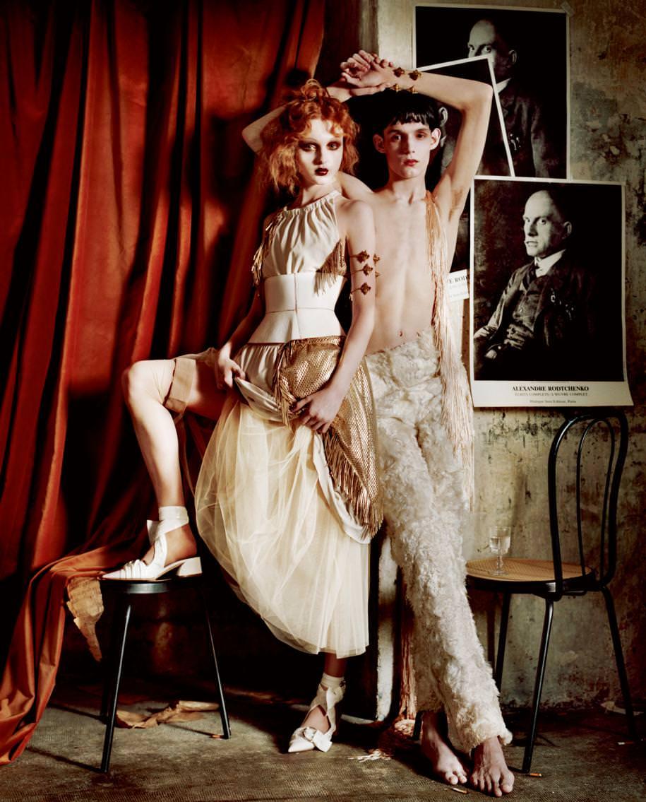 Elle : robe à franges en cuir, DROME.Ceinture, ZANA BAYNE. Jupon en polyester, GOLDEN GOOSE DELUXE BRAND. Escarpins, DIOR. Manchette, EN ATTENDANT SERGE. Lui : pantalon en alpaga, SERKAN CURA. Manchette, EN ATTENDANT SERGE.