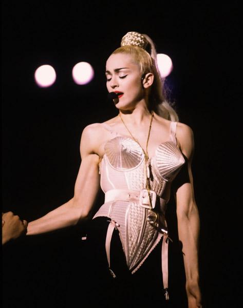 """Madonna vêtue d'un corset Jean Paul Gaultier lors de son """"BlondAmbition Tour"""", 1990."""