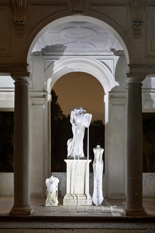 """Jeanne Vicerial, installation pour la """"Notte Bianca"""" à la Villa Médicis incluantune pièce en collaboration avec Hugo Servanin (2019)."""