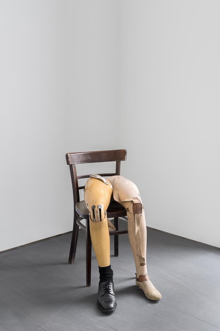 "KADER ATTIA, ""Untitled"", 2017. Médias mixtes, 2 prothèses de jambes, et chaise. Dimensions variables. Courtesy Kader Attia and Lehmann Maupin, New York and Hong Kong."