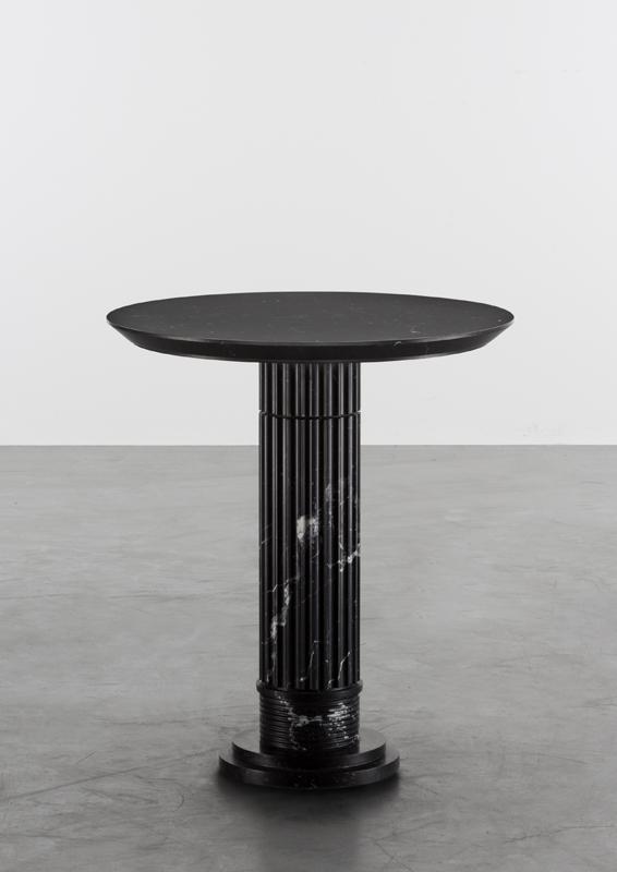 Untitled VII (2018) de Karl Lagerfeld, marbre noir Marquina. Courtesy ofCarpenters Workshop Gallery.
