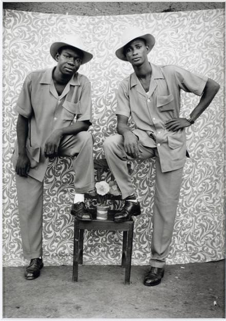 Untitled (1959-1960) de Seydou Keïta.  Courtesy of The Walther Collection and C.A.A.C – The Pigozzi Collection.