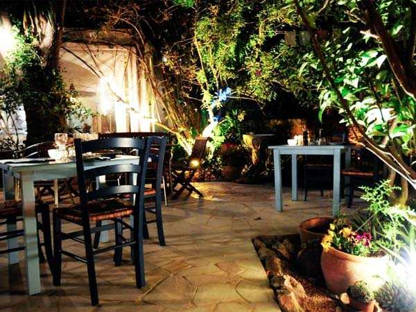22h00 Dîner romantique àLa Paloma  Dans une ancienne maison ibizenca, ce restaurant romantique donne à vos dînersdes allures de contes de féesavec ses tables etchaises éparpillées sous d'énormes arbres dans la campagneet ses lumières scintillantes,bougies et lampions perchés dans les arbres. La Palomapropose des spécialités italiennes délicates et délicieuses. Unenchantement avant de partir vers la ville et danser jusqu'au bout de la nuit.  San Lorenzo Ibiza.Tél. +34 971325543 www.palomaibiza.com