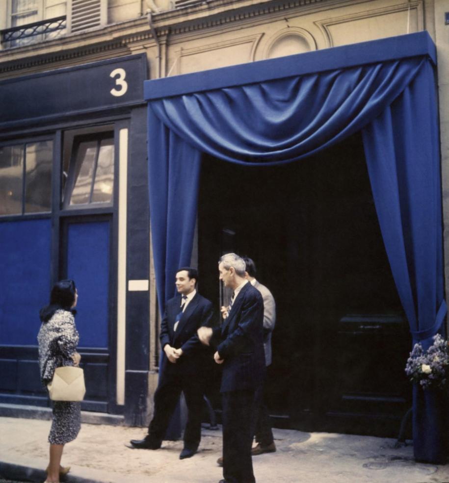 """Entrée de la galerie Iris Clert, lors de l'inauguration de l'exposition du """"Vide""""; Paris, 1958.Photo : © Tous droits réservés"""
