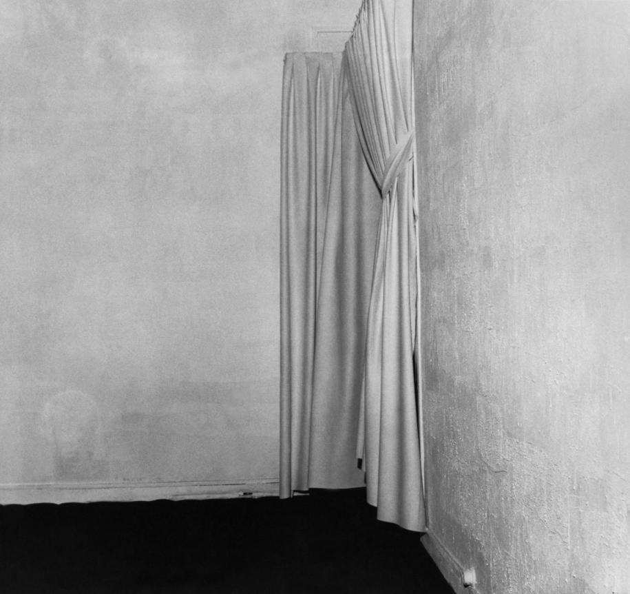 """Vue de l'exposition d'Yves Klein """"Le Vide"""", Galerie Iris Clert, Paris, 1958.Photo : © Tous droits réservés"""