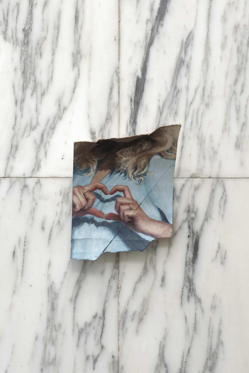 Louise Sartor, Love(2016),gouache sur rouleau de papier-toilette, 15 x 9,5 cm. Courtesy Crèvecœur. Photo : Aurélien Mole.   Louise Sartor (galerie Crèvecœur àParis)   Nominée pour le prix 2016 de la Fondation Ricard et présentée par la galerie Crèvecœur à la foire Paris Internationale en octobre, Louise Sartor (née en1988 à Paris) a attiré tous les regards récemment avec des peintures de petit format sur des bouts de papier arrachés et accrochés négligemment sur les murs. On y découvre des images volées de femmes en pleine action, souvent recadrées ou capturées de telle sorte qu'on ne les voit jamais entièrement. Un travail paradoxal, à la foissensible et bizarre :la fragilité du (petit) support et la délicatesse des couleurs tranchent avec la violence des déchirures du papier… La galerie Crèvecœur consacrera une exposition à cette ancienne des Beaux-arts et des Arts décoratifsde Parisen 2017.  www.galeriecrevecoeur.com            Jacqueline de Jong (Chateau Shatto à Los Angeles)   La peintrenéerlandaise, née en1939 à Amsterdam dans une famille de collectionneurs d'art, est devenue à 20 ans l'une des membres de l'Internationale situationniste. S'en est suivie une carrière prolifique de peintre dont les œuvres, toujours provocantes, ont encore été montréestout récemmentà la foire Paris Internationale. Elle est représentée par Chateau Shatto à Los Angeles où elle a montré sa série Pommes de Jong, des bijoux en or réalisés à partir de pommes de terre séchées !  chateaushatto.com