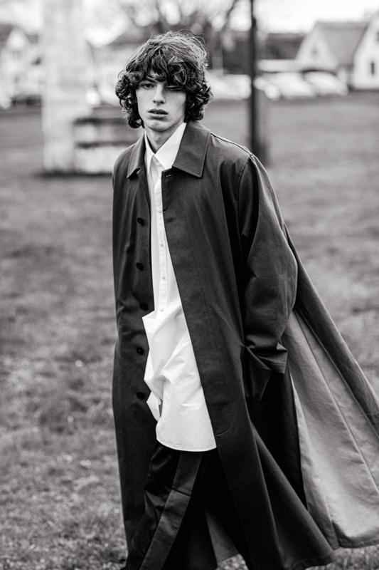 Manteau en laine, chemise et pantalon en coton, VALENTINO. Boots, ANN DEMEULEMEESTER.