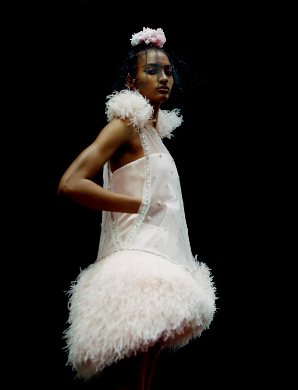 Mini-robe bustier en satin et tulle brodés de petites fleurs en perles, pierres et sequins, et plumes d'autruche, CHANEL HAUTE COUTURE.