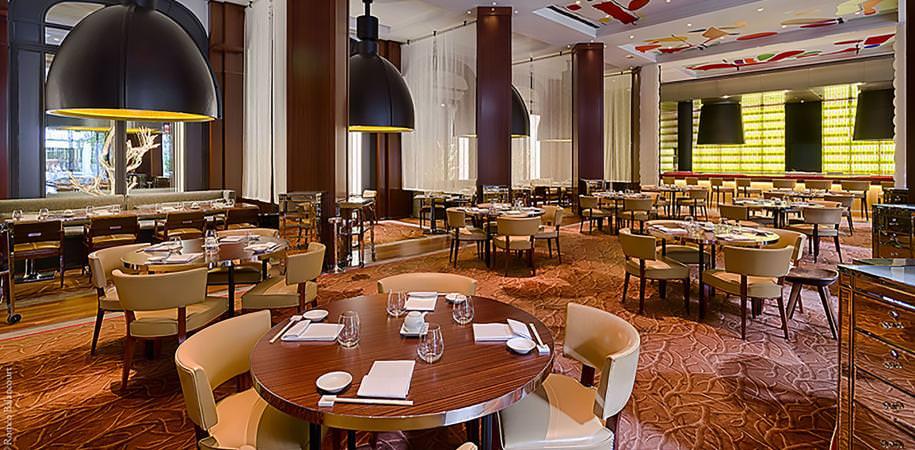 Un boudoir chic  L'empereur de la fusion revient à Paris, quinze ans après une première expérience avortée. Né au Japon, mais fort d'une longue expérience au Pérou, Nobu Matsuhisa nourrit les foodies chics à coups de sushis, de gyozas et de salades pimpantes. Beverly Hills, TriBeCa, Aspen, Milan et Dubai lui sont acquis. Le voilà installé depuis le mois de mars au cœur de l'hôtel Royal Monceau avec ce Matsuhisa (le plus haut échelon de sa gamme de restaurants, qui compte aussi les célèbres Nobu) où il est aussi important d'être spotté dans la grande salle-cathédrale que d'avaler des raviolis au bœuf wagyu et foie gras, ou un tartare de saumon au caviar d'Aquitaine. Le plaisir de l'indécence.  Restaurant Matsuhisa à l'hôtel Royal Monceau. 37, avenue Hoche, Paris VIIIe, tél. 01 42 99 88 00,  ouvert du lundi au vendredi: déjeuner et dîner. Le week-end, diner uniquement. À partir de 50 euros.